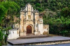Rovine di Santa Cruz della La di Ermita de, Antigua, Guatemala fotografia stock libera da diritti