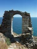 Rovine di un arco di pietra antico Fotografia Stock