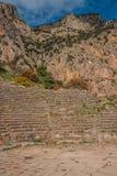 Rovine di un teatro del greco antico a Delfi, Grecia Fotografia Stock Libera da Diritti