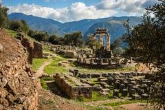 Rovine di un tempio del greco antico di Apollo a Delfi, Grecia immagini stock libere da diritti