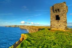 Rovine di vecchio castello sulle scogliere di Moher Immagini Stock Libere da Diritti
