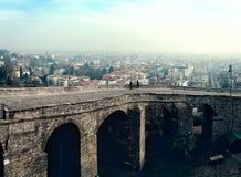 Rovine di vecchio ponte alla vecchia città Cita Alta della città di Bergamo in Italia Fotografia Stock