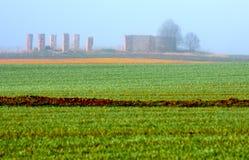 Rovine dietro il campo verde Fotografia Stock