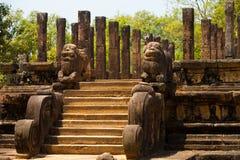 Rovine fronte del Corridoio Polonnaruwa del pubblico inclinate Immagine Stock