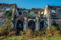 Rovine invase del palazzo abbandonato, Abkhazia Fotografia Stock Libera da Diritti