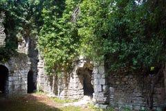 Rovine invase del secolo antico della chiesa VI-VII, Abkhazia immagine stock