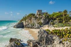 Rovine maya di Tulum dalla spiaggia, Messico fotografia stock