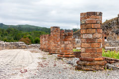 Rovine romane di Conimbriga Le colonne del peristilio strutturano costruito intorno allo stagno ed al giardino interni della Came immagini stock libere da diritti