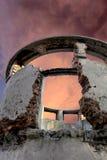Rovine sul cielo rosso immagine stock