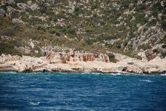 Rovine sulla riva rocciosa del Mediterraneo in Turchia vicino ad Adalia immagini stock libere da diritti
