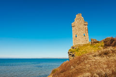 Rovini il castello vicino il mare in Scozia II Immagine Stock
