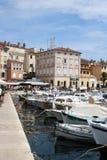 Шлюпки в Rovinj затаивают, Хорватия с городком позади стоковая фотография