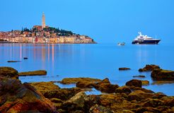 Rovinj, Croatia Vieja opinión medieval antigua de la noche de la ciudad Mar de lujo del yate y de la pesca Piedras grandes Fotografía de archivo libre de regalías