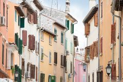 Rovinj, Istria, Croatie - abat-jour en bois de trellis aux maisons de Rovinj image libre de droits