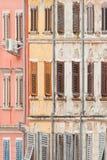Rovinj, Istria, Croatie - façades historiques avec les fenêtres en bois de trellis photographie stock libre de droits