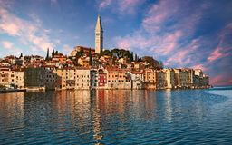 Rovinj, Istria, Kroatien: Landschaft bei Sonnenaufgang des Stadt-overlo Stockbilder