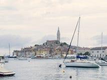 Rovinj-Jachthafen und die alte Stadt mit Basilika von St. Euphemia an den Spitzen-0939 Stockfotografie