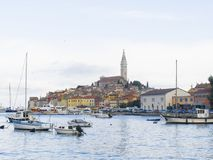 Rovinj-Jachthafen und die alte Stadt mit Basilika von St. Euphemia an den Spitzen-0877 Lizenzfreies Stockbild