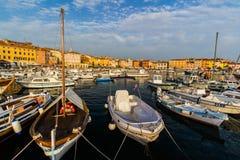 ROVINJ, KROATIË - September 15: Kleine boten binnen de haven van een oude Venetiaanse stad, Rovinj, Kroatië Royalty-vrije Stock Afbeeldingen