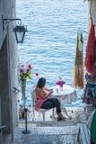 Rovinj Kroatien - Juli 30, 2015: Turist- koppla av i gamla Rovinj Royaltyfri Foto