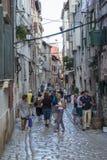 Rovinj Kroatien - Juli 30, 2015: Turister på gatorna av gammalt Royaltyfria Bilder