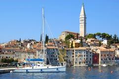 Rovinj Seeseiten-Häuser mit Yacht lizenzfreies stockfoto