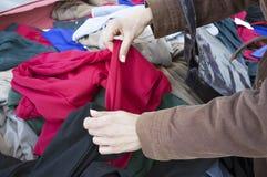 Rovistando su una stalla dei vestiti Fotografia Stock