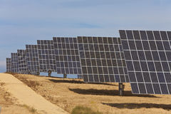 row gröna paneler för energi sol- Arkivfoton
