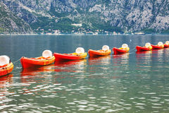 Row of kayaks in the sea Royalty Free Stock Photos