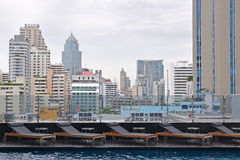 Row of Sundeck at a luxury hotel rooftop pool overlooking Bangkok city centre Stock Photography