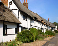A row of whitewashed thatched cottages. In a Buckinghamshire village Stock Photo