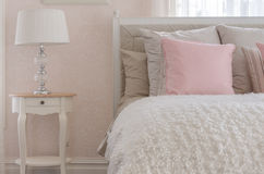 Różowa poduszka na białym luksusowym łóżku w sypialni Fotografia Stock
