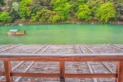Rowboat путешествуя на реке Киото Японии Arashiyama стоковые фотографии rf