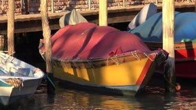 Rowboat плавая в реку на пристани Стоковая Фотография RF