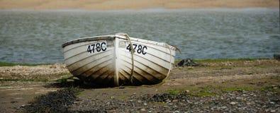 Rowboat auf Seeufer Lizenzfreie Stockfotografie