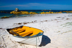 Rowboat auf Strand Lizenzfreies Stockfoto