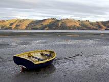 Rowboat bei Ebbe Stockfotos