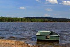Rowboat blisko brzeg staw Obrazy Royalty Free