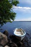 Rowboat in einem schwedischen See Lizenzfreie Stockfotos