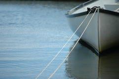 Rowboat im Wasser Lizenzfreie Stockbilder