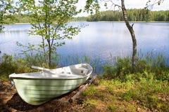 Rowboat an Land angeschwemmt Stockfoto