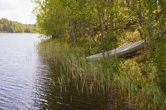 Rowboat an Land angeschwemmt Stockbild