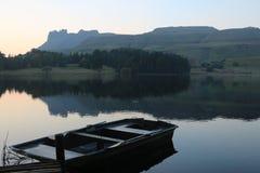Rowboat na jeziorze obrazy stock