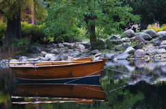 Rowboat na jeziorze Fotografia Stock