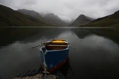 Rowboat su un lago alpino incontaminato Immagini Stock