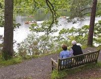 Rowboats пожилые вахты пар в озере Стоковое Изображение RF