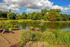Rowboats состыковали в небольшом озере на парке в Бирмингеме, Англии Стоковое Изображение