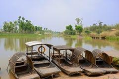 Rowboats cumujący along lakeshore w pogodnej wiośnie Obrazy Stock