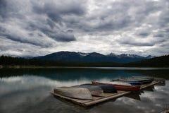 Rowboats in einem See im stürmischen Wetter lizenzfreie stockfotos