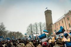 Rowd van mensen die 100 jaar van de Onafhankelijkheid van Estland vieren bij Toompea-kasteel Royalty-vrije Stock Foto